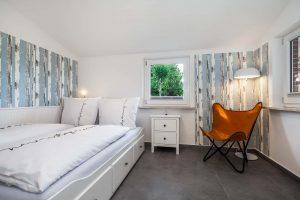 Bett und Sessel_Ferienhaus Nordseebirke